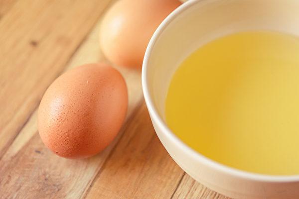 雞蛋清有很好的清除頭髮污垢的能力,也能夠防止脫髮,讓頭髮烏黑亮麗。(Shutterstock)