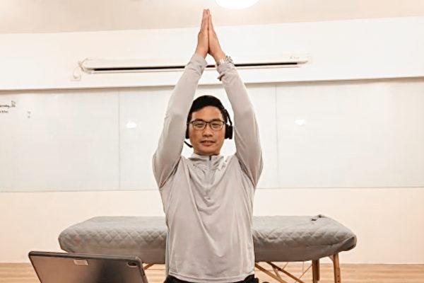 長期駝背容易造成胸悶、肩頸痠痛、脊椎變形等問題,2招輕鬆矯正駝背。(健康1+1/大紀元)
