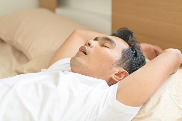 養成閉嘴呼吸的習慣,並讓口咽部管腔暢通,來達到終結睡覺打鼾的困擾。(Shutterstock)