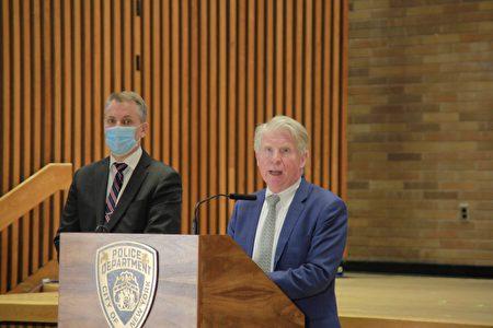 紐約市警局局長謝伊(左)31日與曼哈頓地區檢察官萬斯(右)聯合召開記者會。