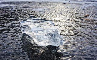 汽车遭冰弹击中 俄罗斯夫妇幸运逃过一劫