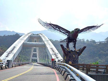 钢铁老鹰守护的多纳大桥。