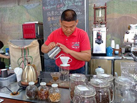 一山沐专注认真的煮咖啡。