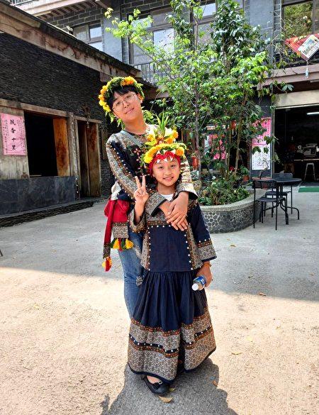 穿着传统服装准备参加婚宴的多纳部落少男少女。