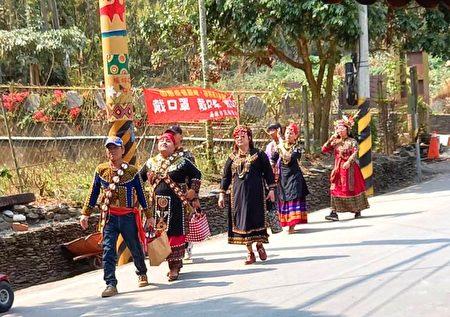 准备去参加婚宴的部落族人。