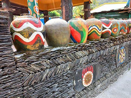 鲁凯族多纳部落的彩绘陶瓮。