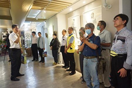 來賓參觀多功能藝廊,校長張凱瑞導覽解說學生作品。
