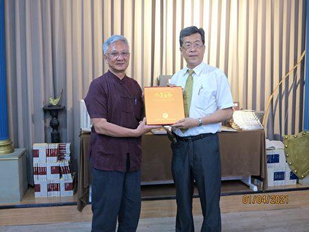 莊炳楠祕書長(左)不藏私地把許大師當年贈送他的「水墨真趣」捐獻出來!