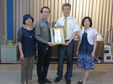 校長張凱瑞(右二)頒贈感謝狀給捐書者許宗瀚(左二)。