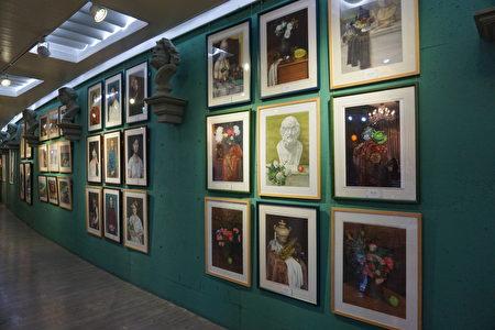 掛滿學生作品的多功能藝廊。