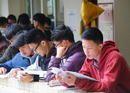 中共每年透過「校園交流」、「訪問學者」、「交換學生」、「遊學」等方式,邀請台灣學者、各級學校主管、學生前往中國大陸免費參訪、旅遊。