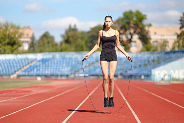 許多名人都分享過跳繩瘦身的方法,跳繩是高效燃脂的減肥運動,具有7大好處。(Shutterstock)