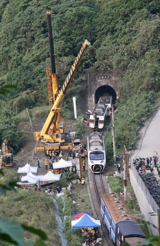 台铁太鲁阁号事故 车厢陆续拉出隧道口