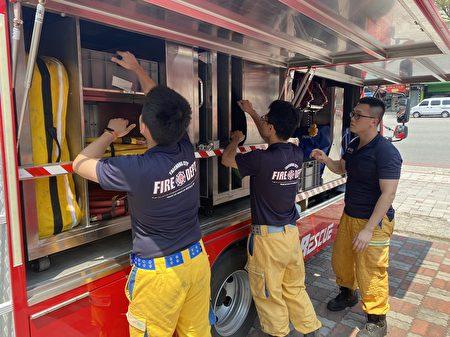 消防局特搜大隊整備25名消防人員、搜救犬及救援車輛器材待命,可隨時投入救援。