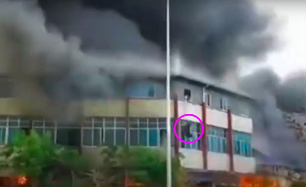 4月4日下午,云南省普洱市思茅区旧货市场发生火灾。有人跳楼逃生。(视频截图)