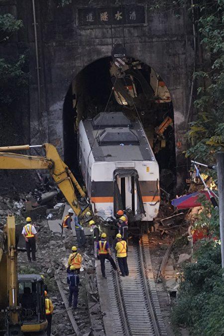 太魯閣第四節車廂於4日傍晚拉出隧道。