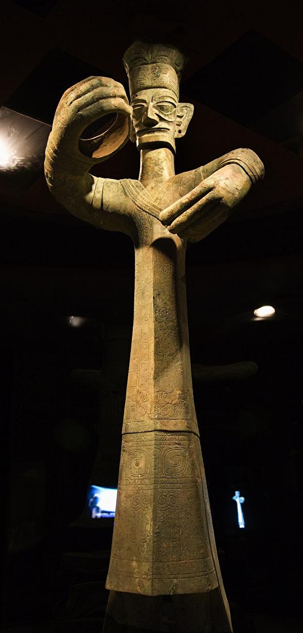 现藏于四川广汉三星堆博物馆里的青铜立人像,距今3000多年历史,是中国发现的距今最久远、最高大的青铜人像。(ShutterStock)