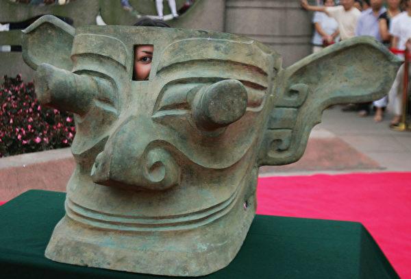 2005年6月15日,四川广汉三星堆博物馆陈列的青铜纵目面具。(China Photos/Getty Images)