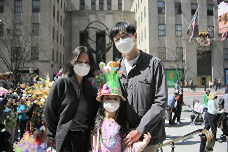 纽约韩裔民众到圣派翠克大教堂,帮女儿帽子上放上象征春天和再生的兔子毛绒玩具和花瓣装饰。
