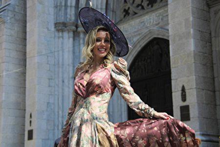 女士盛装打扮,如同模特儿一般,显得雍容华贵。