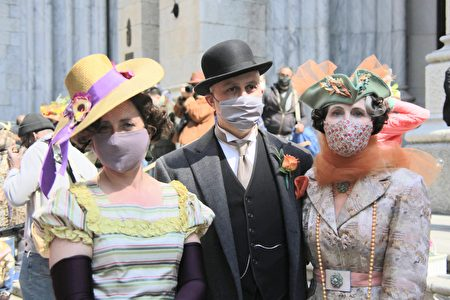 纽约民众盛装打扮,女士显得雍容华贵,男士则显绅士风范,大方面对镜头拍照。