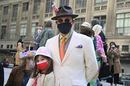纽约民众盛装打扮,男士显现出绅士风范和女儿合影。
