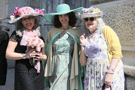 女士盛装打扮,显得雍容华贵。