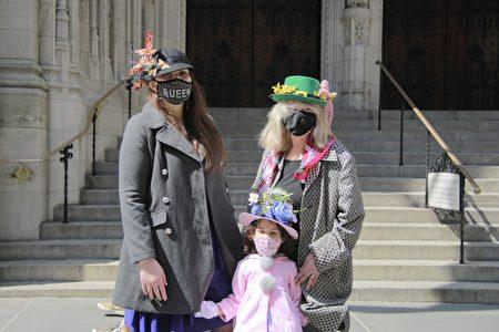 纽约民众在头顶帽子上发挥的创意,庆祝复活节。图片摄于2021年4月4日的St. Thomas Church前。