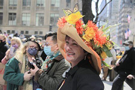 纽约民众头戴复活节花帽装饰,感受到春天充满生命活力的气息。