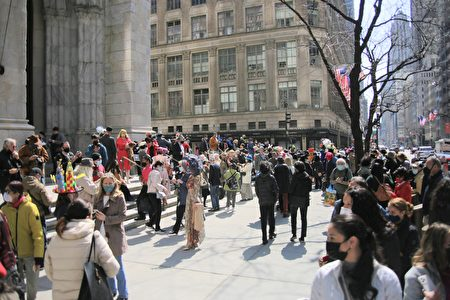 今年复活节在第五大道的圣派翠克大教堂外,不少民众盛装打扮庆祝。