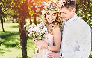 男子被車撞倒後 新郎新娘反應令人吃驚
