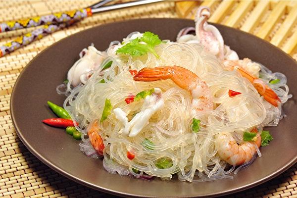 凉拌冬粉搭配蔬菜、鱼贝类或肉类,就是一道营养丰富又具饱足感的料理。(Shutterstock)