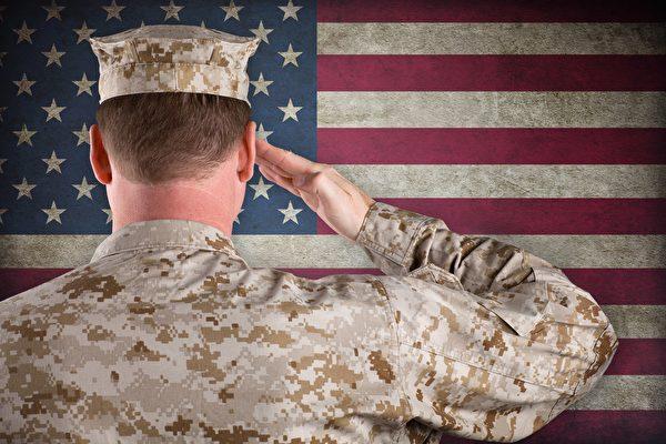 儿子升少尉 美军士官长骄傲地向他敬礼