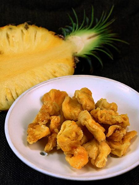以新鲜凤梨切片烘干成的凤梨干,Q弹口感散发香甜微酸风味。