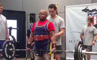 本想减肥 78岁奶奶打破19项举重世界纪录