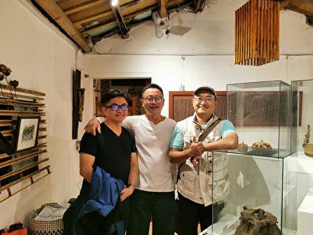 同為關西人返鄉創業,好朋友一起合影,(右起) 羅功奇、賴傳莊和羅屋書院工作室負責人羅仕龍。