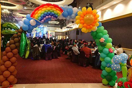 尾牙會場布置,造型可愛的氣球裝置藝術引人注目。