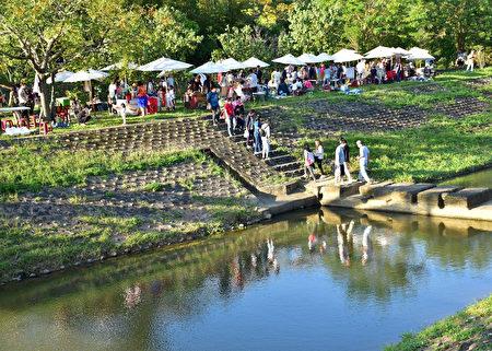 在牛欄河畔舉辦文創市集。