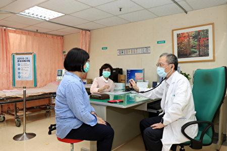 圣马尔定医院的医师问诊情形。