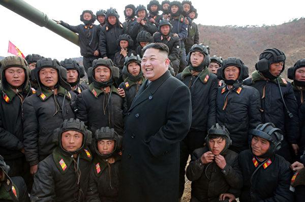 圖為2017年4月1日朝鮮發布的金正恩(中)在未公開地點視察朝鮮坦克部隊的照片,其中坦克兵的裝束與前蘇聯基本類似。(STR/AFP via Getty Images)