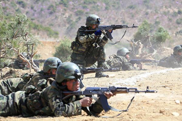 圖為2017年4月14日朝鮮發布的特種作戰部隊投擲和打擊目標競賽的圖片,士兵使用的武器類似前蘇聯的AK-47衝鋒槍。(STR/AFP via Getty Images)
