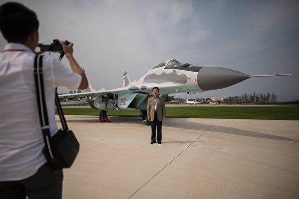 圖為2016年9月25日,朝鮮在有史以來第一次的元山航空節上,允許觀眾在MiG-29飛機前拍照。MiG-29是朝鮮空軍最好的戰鬥機。(Ed Jones /AFP via Getty Images)