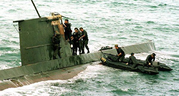 圖為1998年9月18日在朝鮮東北海岸以南約20公里發現了的一艘朝鮮微型潛艇。(Kim Jae- /AFP via Getty Images)
