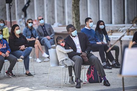 2021年4月8日,民眾在林肯中心前欣賞紐約愛樂睽違一年的露天音樂會。