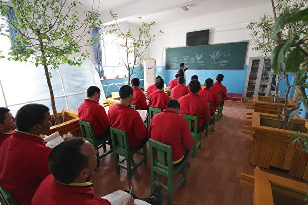 圖說:2019年4月27日,维吾尔族人在新疆和田的再教育营。(Shutterstock)