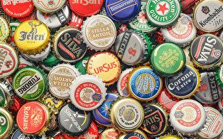一位球迷用2.5万个啤酒瓶盖拼成地板马赛克