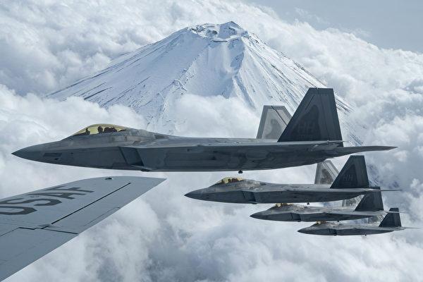 4月9日,美國空軍公佈了4架F-22隱形戰鬥機在日本富士山附近訓練的圖片。(美國空軍)