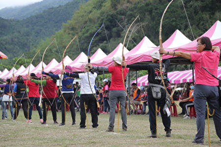 全国原住民传统射箭比赛,2021年4月10日在台东县卑南乡东兴社区文化广场举行。