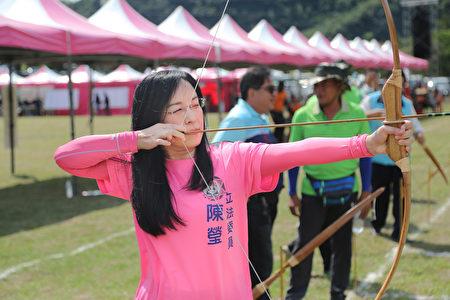立法委员陈莹代表进行启弓仪式。