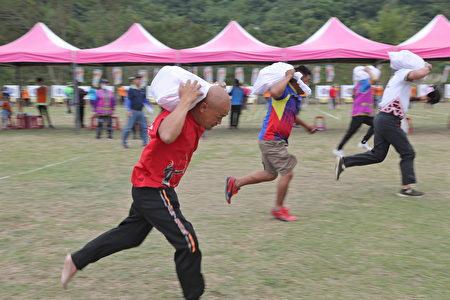 全国原住民传统射箭比赛,同时进行负重竞技。